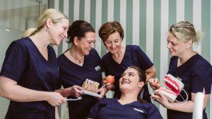 Zahnarzt-Praxisteam freut sich auf Sie