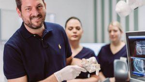 Umfassende Erklärung vor dem Implantat-Einsatz
