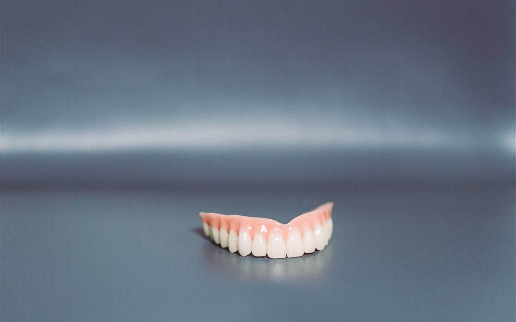 Zahnprothesen sind ein herausnehmbarer Zahnersatz